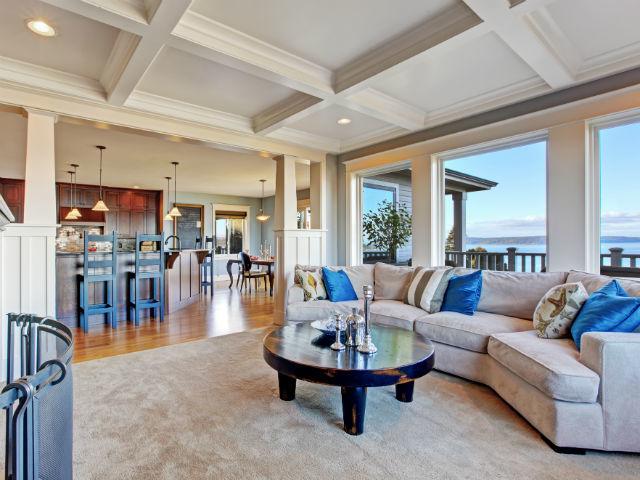 A nappali, a konyha, az étkező és a kilátás egy képen